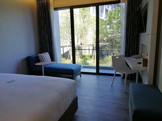 OZO Phuket: ห้องมีหลายแบบมีก้องสำหรับคนต้องใช้วิลแชร์4ห้องที่นี่ทุกห้องไม่มีอางอาบน้ำ