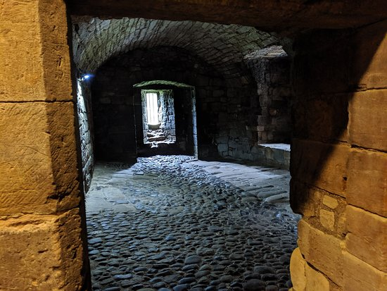 Outlander Adventure Small-Group Day Tour from Edinburgh: Linlithgow Palace