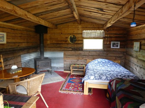 Faro, Canadá: Inside the old cabin, still for rent, rustic and cozy