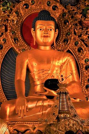Statua grande di Buddha nel tempio del Monastero tibetano di Kagyu Samye Ling nei dintorni di Eskdalemur - Scozia meridionale / GB. Testimonianza di buddhismo tibetano costruita mezzo secolo fa e purtroppo generalmente ignota ai turisti. (Cliccare sulla foto per vederla così come scattata):