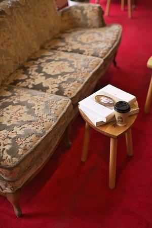 本とコーヒーとともにゆったりくつろげる2階のソファー席。 昭和時代のレトロソファーでどうぞ。
