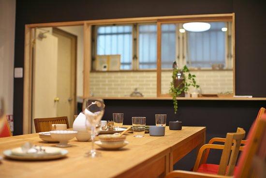 キッチン付きのレンタルルーム。 会議やワークショップ、パーティでのご利用も。 ポップアップショップの開催やイベントにも使えます。