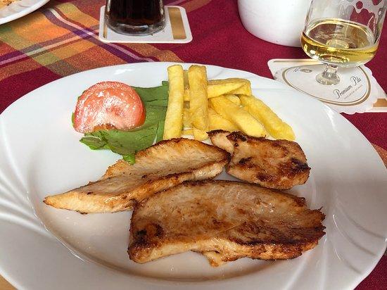 Schoden, Tyskland: 豚肉のソテー ポテトフライ添え。ポテトフライは別皿でたっぷりくる。