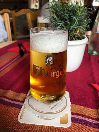 Schoden, Tyskland: ドイツ云えば、ビール。ビットブルガーは割とドイツのどこでも飲める。330mlとグラスに印も入ってる。