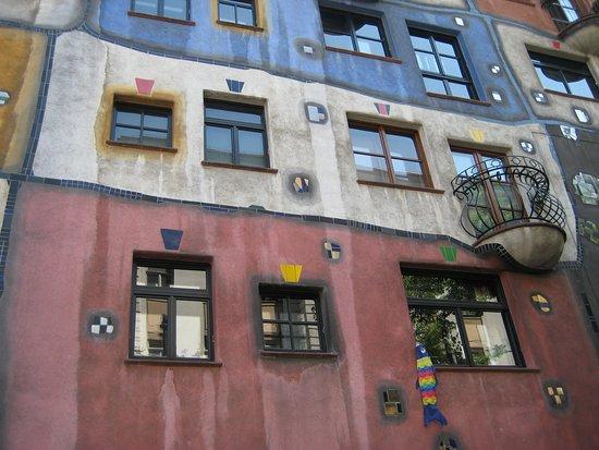 Vienna, Austria: Orta Avrupa gezimizdeki VİYANA. Komünizmi zamanından kalan tek odalı Viyana'da bulunan apartman dairesi. Rengarenk bir apartman ve ortak kullanım yerlerini burada yaşayanlar birlikte kullanılırlarmış.