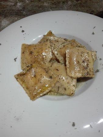 Ravioli  di ricotta e spinaci con burro e salvia