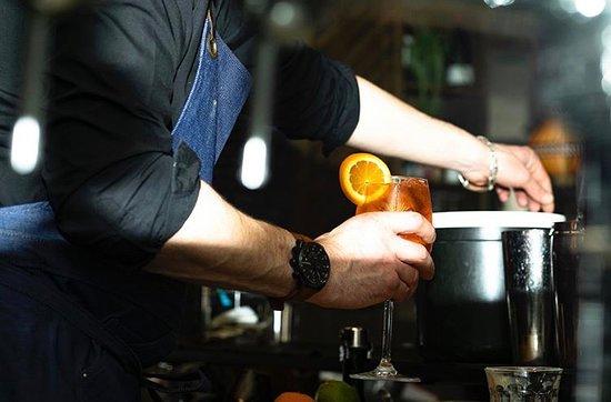 La Rotonde St. Honoré: Notre barman toujours prêt à vous servir !  Crédit : Mohca