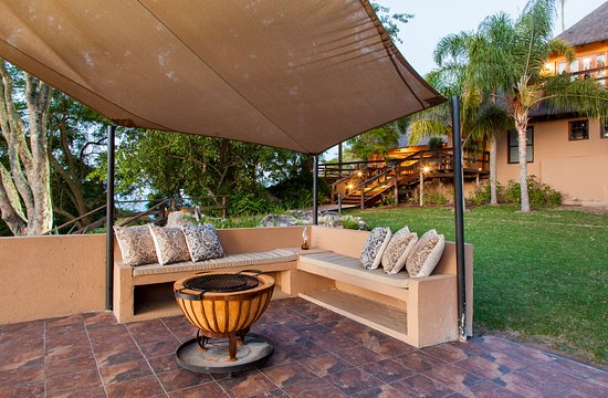 Nirvana Guesthouse: Viewing deck is perfect for an afternoon Braai, and to view the Umhloti Reserve.