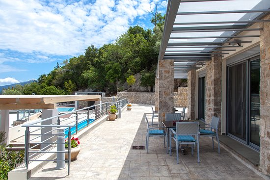 Thealos Village Resort Lefkada: Apartments with terrace on the ground floor of the stone built building.