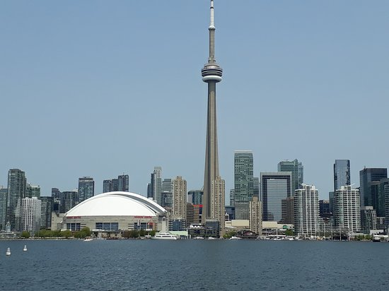 Toronto, Canada: Rogers Centre (in bianco) e Cn Tower dal lago Ontario