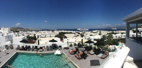 Rochari Hotel: Vue de la terrasse avec la piscine en contrebas