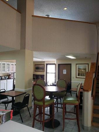 OYO Hotel Branson at Thousand Hills: Guest Breakfast and lobby area