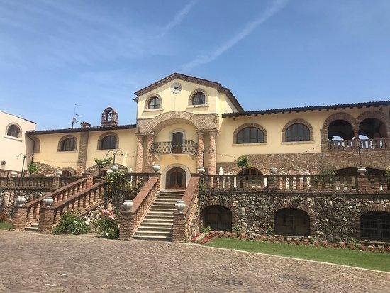 Padenghe sul Garda, Italië: Altes, edles Weingut mit großem Garten, Naturpool und herkömmlichen Pool. Frisch renovierte Zimmer.