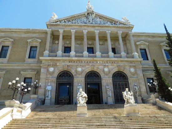 Biblioteca Nacional de España: La bella facciata della biblioteca, che ricorda un tempio greco