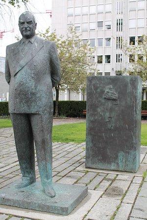 King Olav V statue