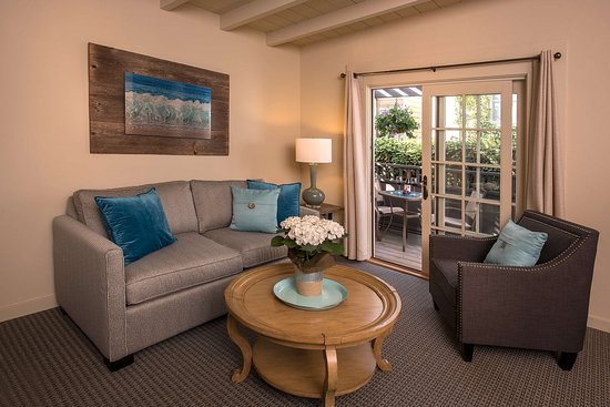 Carmel Country Inn: Deluxe One Bedroom Suite Sitting Room with Patio/Deck