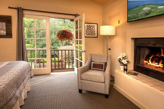 Carmel Country Inn: Deluxe King Studio with fireplace and french doors