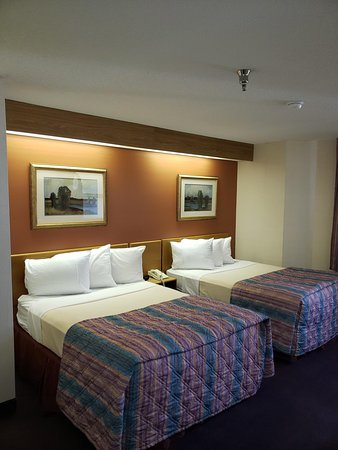 OYO Hotel Branson at Thousand Hills: Double bedded room, WiFi and free continental breakfast.  Hotel close to strip.
