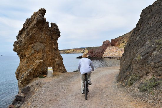 Bolnuevo, Espagne : Cycling along the coast road on an e-bike