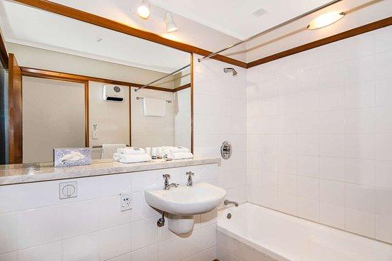 Quality Hotel Marlborough: Bathroom in guest room