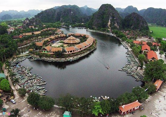 Hoa Lu District, Vietnam: http://jvtatourism.com/%E3%83%9B%E3%82%A2%E3%83%AB%E3%83%BC%EF%BC%86%E3%83%81%E3%83%A3%E3%83%B3%E3%82%A2%E3%83%B3%E6%97%A5%E5%B8%B0%E3%82%8A%E3%83%84%E3%82%A2%E3%83%BC-$55-979.htm <映画キングコングのロケ地!「チャンアン」と「古都ホアルー」日帰りツアー>  世界遺産の「チャンアン」陸のハロン湾と言われる湿地帯、洞窟をベトナムの小舟(手漕ぎ)で回る。  お勧め度:★★★★★ カップル・個人向き ♪♪当社では3コースある洞窟めぐりのコースを お客様がお選びいただけます。さらに「昼食付」♪♪  ハノイから南に100Kmにあるニンベン省にある2つの世界遺産から成り立つ複合世界遺産です。   「チャンアン」 緩やかな山並み、石灰岩からなる奇岩、そして無数の洞窟、「チャンアン」には自然がそのままの形で時代に取り残された緩やかな景観をベトナムで使われる小舟(4人乗り)で手漕にてクルーズします。どうか水の色の変化をお楽しみく