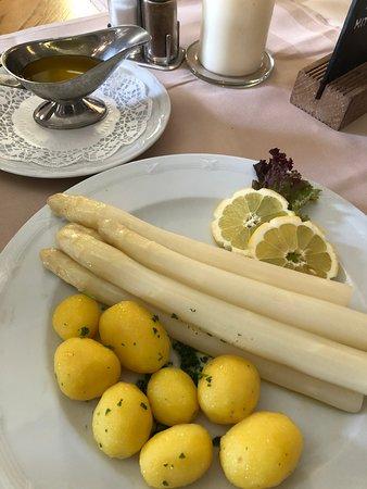 Klosterschaenke, Pfortenhaus Kloster Eberbach : シュパーゲル(ホワイト・アスパラガス)に塩茹でジャガイモ。バターソースでさっぱりか、オランデーズソースでしっかりか、どちらも美味。