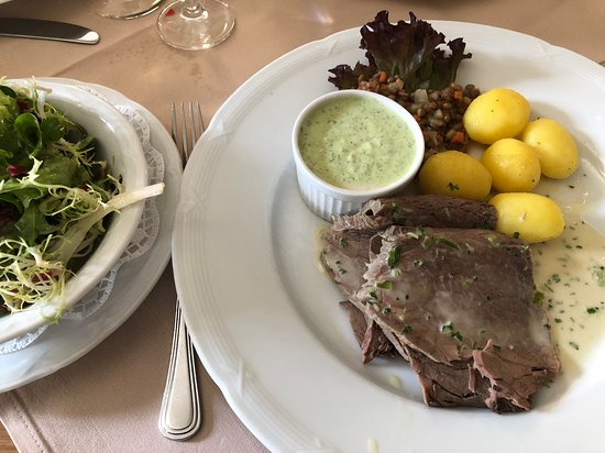 Klosterschaenke, Pfortenhaus Kloster Eberbach : 地元の牧草で育ったタウヌス牛肉を塩茹でした料理には、フランクフルト風緑のソース、パセリ風味の塩茹でジャガイモ添へ、サラダ付き。しつこくなく、日本人の胃にも優しい味わい。