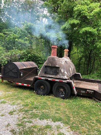 Little Greenbrier Lodge Bed & Breakfast: Pizza Oven