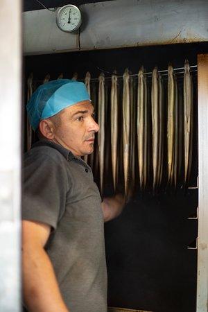 Er wordt continu gevoeld of de paling goed droogt en aanvoelt, hierop wordt de rook bijgestuurd. Elke batch is dus perfect gerookt.