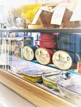 Cuentan con variedad de embutido y jamón ibérico y productos gourmet, todo expuesto y cortado al momento.
