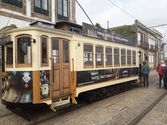 Porto, Portugália: Leuk trammetje Niet ver van waar de douro de zee inspoelt.... Staat dit leuke trammetje te wachten... Om een rit te maken... Langs de douro