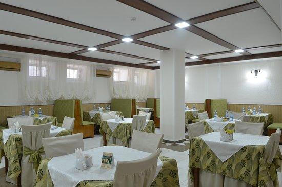 """Nur-Sultan, Kazachstán: Ресторан Искандер, расположенный на нулевом этаже гостиницы вмещает до 40 человек. Двери ресторана открыты для проживающих в гостинице и для других посетителей с 8 часов до 24 часов. Также в ресторане предусмотрен завтрак по типу """"шведского стола"""" для проживающих с 8 до 10 часов. Ежедневно с 12-00 до 15-00 проводятся бизнес ланчи. При загрузке номерного фонда менее 10%, отель оставляет за собой право замены питания по системе """"Шведский стол"""" на «сет-меню»;"""