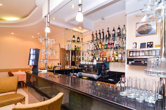 Nur-Sultan, Kazachstán: На первом этаже заведения работает бар, часы работы с 12-00 до 01-00, Барная карта представлена хорошим выбором алкоголя (коньяк, виски, ром, водка, текила, шампанское). Бар, также как и ресторан может предложить блюда европейской и национальной кухни.