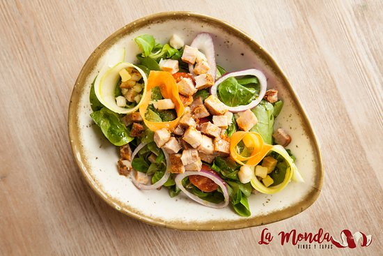 La Monda: Ensalada caletera con payoyo, tartar de chicharrón y vinagreta jerezana