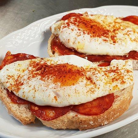 La Tasquita de Mami: Tostas de huevo con chorizo ibérico