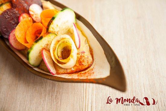 Ensalada mozárabe, con hummus y carpaccio de verduras.