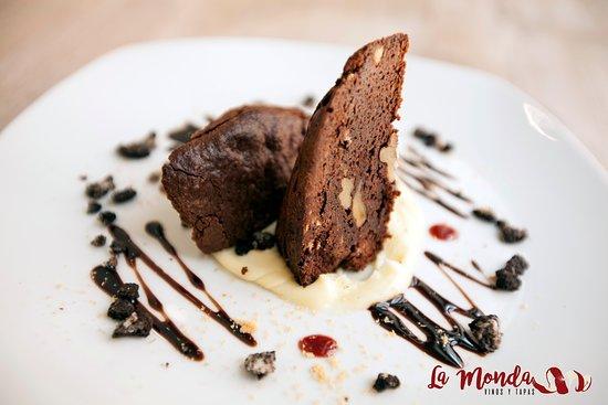 Brownie con chocolate blanco y tierra de galleta