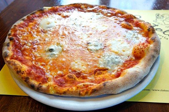 La nostra Pizza è una vera pizza tradizionale, cotta con forno a legna, preparata con talento e passione dai nostri maestri pizzaioli.  Utilizziamo solo ingredienti freschi (mozzarella, pomodoro di alta qualità, farina selezionata) e rispettiamo i tempi di lievitazione.  L'impasto  viene realizzato con farine selezionate di altissima qualità, ha un'ottima idratazione, leggero, a lievitazione perfetta,  viene lasciato riposare per 20 minuti e dopo vengono preparate le palline per le pizze e si la