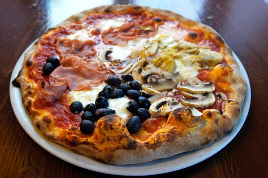 La nostra Pizza è una vera pizza tradizionale, cotta con forno a legna, preparata con talento e passione dai nostri maestri pizzaioli.  Utilizziamo solo ingredienti freschi (mozzarella, pomodoro di alta qualità, farina selezionata) e rispettiamo i tempi di lievitazione.  L'impasto  viene realizzato con farine selezionate di altissima qualità, ha un'ottima idratazione, leggero, a lievitazione perfetta