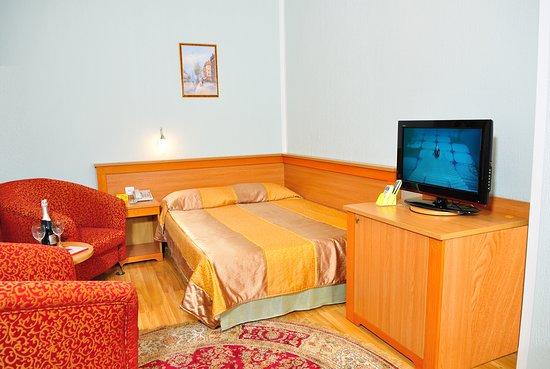 """Nur-Sultan, Kazachstán: Одноместный номер стандарт """"бизнес"""", однокомнатный номер, с 1 кроватью. В комнате есть вся необходимая мебель, туалет, душевая, телевизор , кондиционер."""