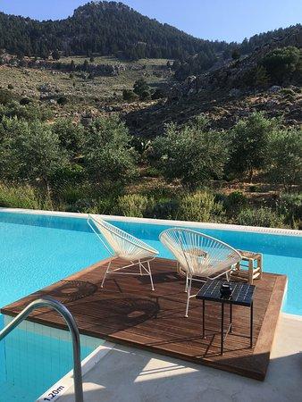 Terrasse de SPLIT LEVEL SUITE vue sur montagne avec fauteuils (et sunbed).