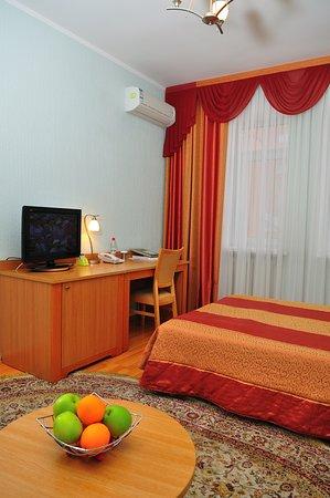 Nur-Sultan, Kazachstán: Однокомнатный  номер категории «Полулюкс» для двухместного размещения с вариантом дополнительного места.  Двуспальная кровать (две раздельные); столик журнальный с 2-мя креслами; платяной шкаф для одежды; телевизор;  В ванной комнате: душ, туалет, гигиенические принадлежности, фен. В холле корпуса можно найти кулер с горячей и холодной водой. В стоимость проживания входит: Питание согласно выбранному тарифу Охраняемая автостоянка Wi-Fi интернет в номерах и общественных зонах