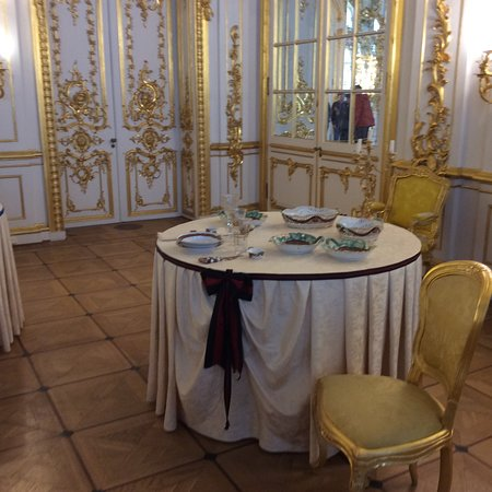 2-Day City Highlights Tour of St. Petersburg: Table for two in an ante room.