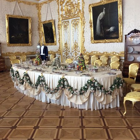 2-Day City Highlights Tour of St. Petersburg: Waiting to be served in the palace.