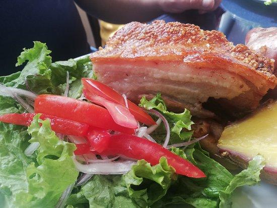 Lechón, plato típico boliviano, carne de cerdo al horno, con el cuero crocante.