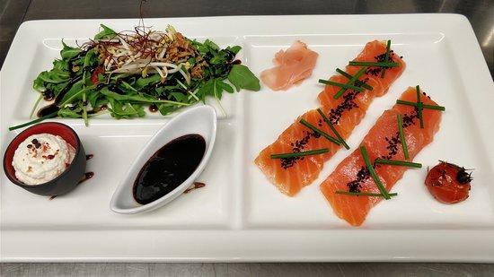 La Cafetière Fêlée: Sashimi de saumon gravelax au whisky japonais, ricotta au raifort-aneth et caramel de miel-soja