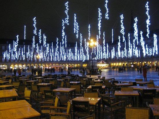 Madrid, Espagne : Veduta notturna di plaza Mayor con luci natalizie