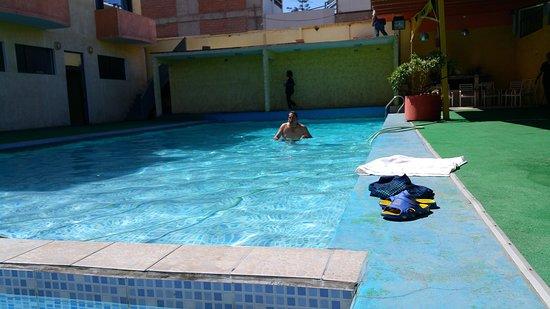 Bonita la Piscina me gusto mucho... que tiene una profundidad de 2,70 metros a mi calculo... Ahhh y lo que apenas aparece en la foto, es la piscina para niños... pequeñita, y tenia como 10/20 cm de profundidad... esta bien para niños...