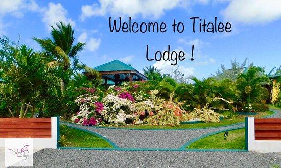 Photo prise du parking privatif situé à l'intérieur du complexe. Les 3 Lodges, SAPANA, KALYAAN et SURYA sont disposés autour de la piscine centrale dont l'intimité est garantie par les plantes luxuriantes.