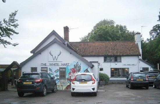 Roydon, UK : The White Hart from outside